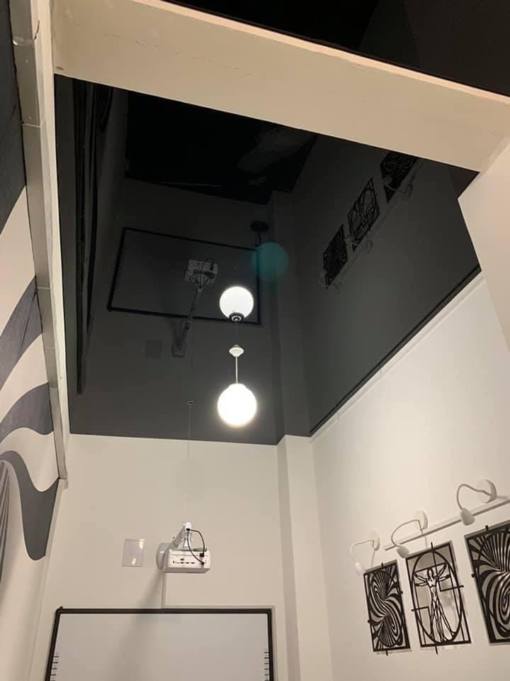 глянцевые натяжные потолки темные